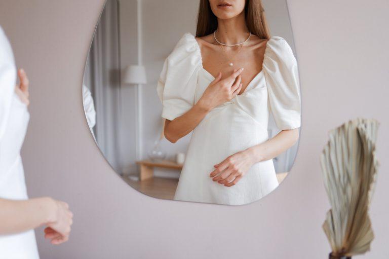 Colierul purtat de această femeie face parte din principalele tipuri de bijuterii