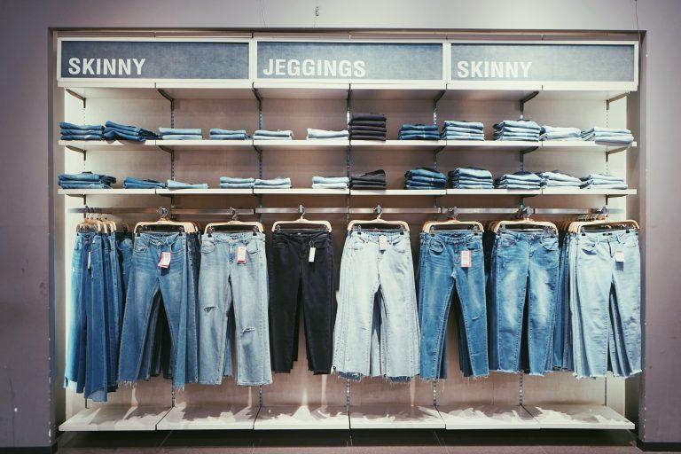 Diferite tipuri de pantaloni din material denim (de blugi)